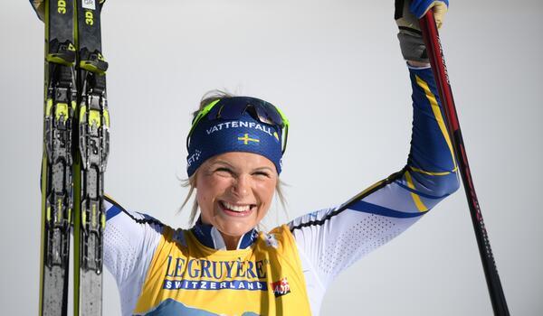 Frida Karlsson med ett stort leende efter sitt andra silver vid VM i Oberstdorf. FOTO: Johanna Lundberg/Bildbyrån.