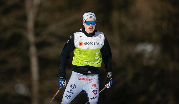 William Poromaa går tidigt i startfältet, med nummer 8, på herrarnas 15 kilometer fri stil vid VM i Oberstdorf. FOTO: Johanna Lundberg/Bildbyrån.