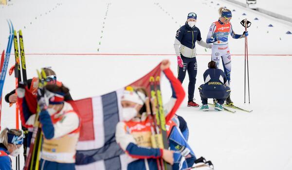 Norsk glädje och svensk besvikelse på samma bild efter damernas VM-stafett. FOTO: Johanna Lundberg/Bildbyrån.