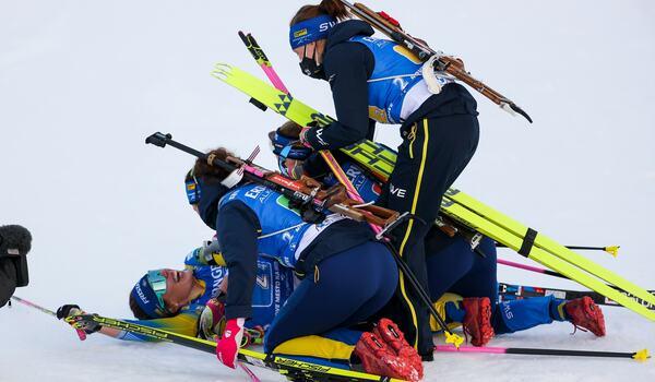 Svensk glädje sedan Elvira Öberg spurtat Sverige till seger på stafetten i Nove Mesto. FOTO: Philip Brem, Gepa Pictures/Bildbyrån.