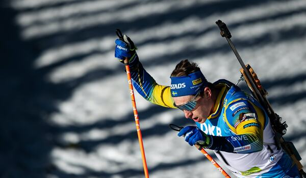 Martin Ponsiluoma åker sista sträckan för Sverige på världscupstafetten i skidskytte i eftermiddag. FOTO: Joel Marklund/Bildbyrån.