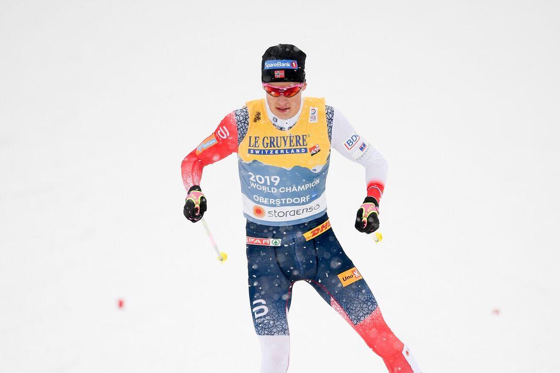 Johannes Hösflot Kläbo ryckte ifrån Alexander Bolshunov i sprintbacken och förde Norge till guld i VM-stafetten i Oberstdorf. FOTO: Johanna Lundberg/Bildbyrån.