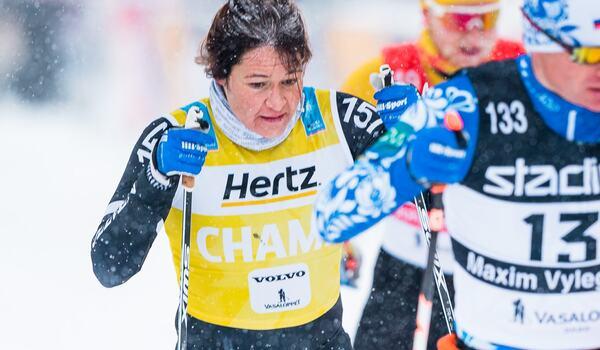 Britta Johansson är tillbaka i god form inför Vasaloppet på söndag. Här ser vi henne under fjolårets snöiga upplaga när hon blev tvåa. FOTO: Visma Ski Classics/Magnus Östh.