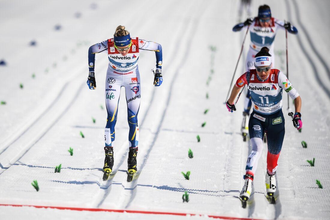 Frida Karlsson precis bakom Heidi Weng över mållinjen på tremilen vid VM i Oberstdorf. I bakgrunden fyran Ebba Andersson. FOTO: Johanna Lundberg/Bildbyrån.