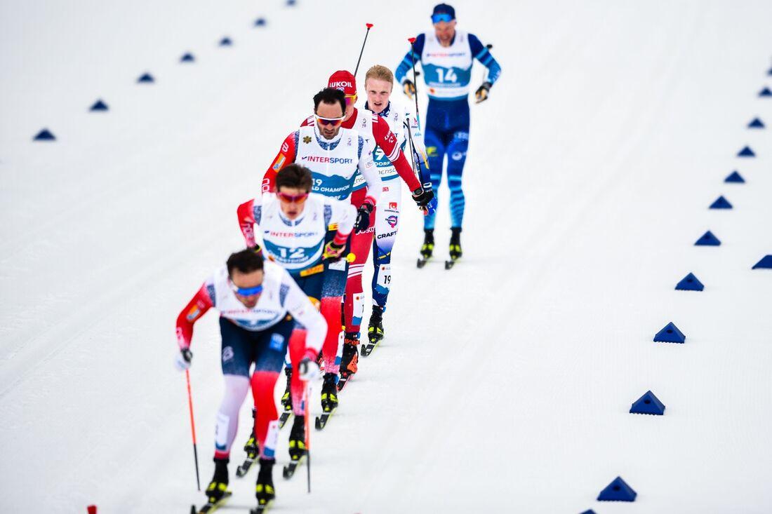 Johannes Hösflot Kläbo, här tvåa i klungan, vann femmilen i Oberstdorf. FOTO: Johanna Lundberg/Bildbyrån.