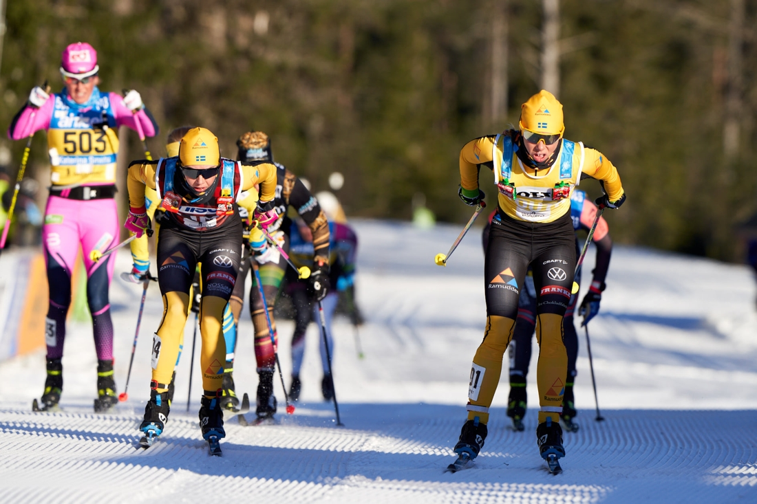 Lina i bredd med teamkompisen Ida Dahl på den hårda manchestern. FOTO: Visma Ski Classics/Magnus Östh.