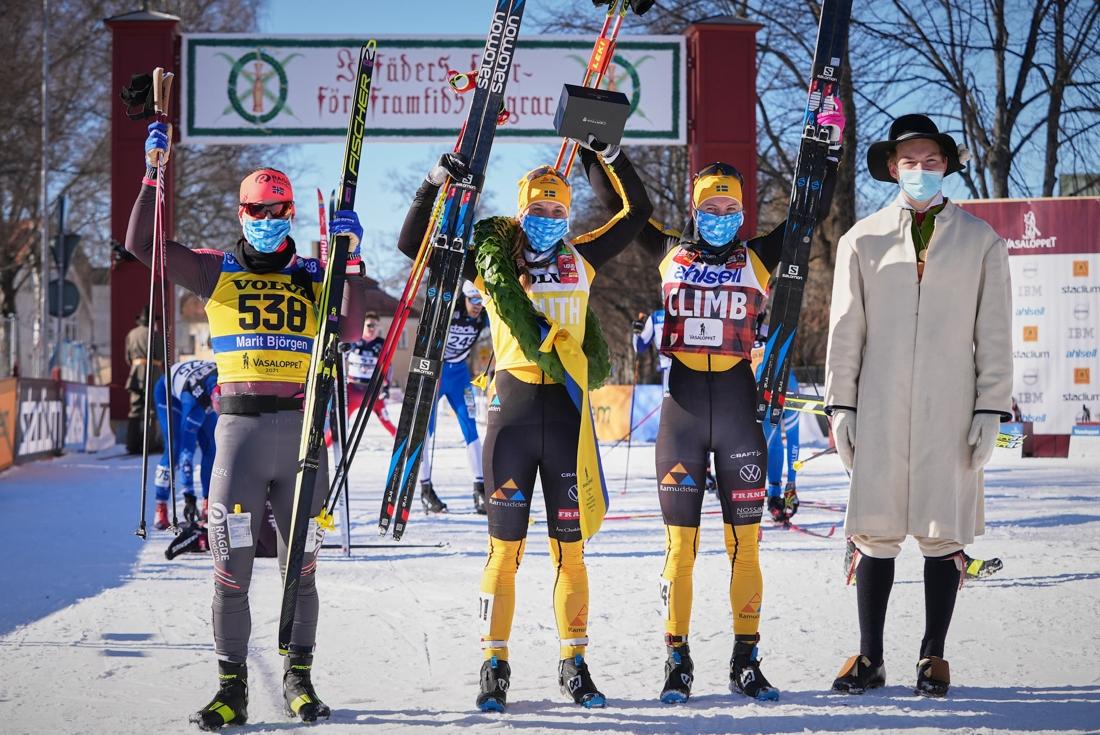 Topptrion Marit Björgen, Lina Korsgren och Ida Dahl tillsammans med kransmasen Gustaf Berglund. FOTO: Visma Ski Classics/Magnus Östh.