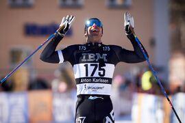 Anton Karlsson i mål som tvåa på Vasaloppet ett drygt år efter att han opererade sig för diskbråck. FOTO: Visma Ski Classics/Magnus Östh.