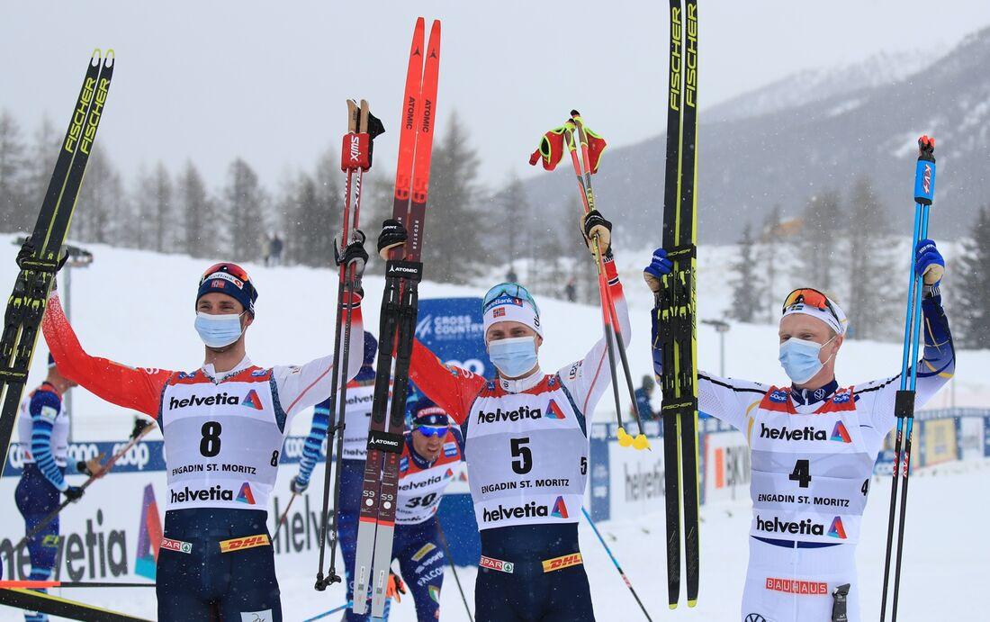Jens Burman glad trea på femmilen i Engdin bredvid segraren Simen Hegstad Krüger och tvåan Hans Christer Holund. FOTO: Mario Buehner, Gepa Pictures/Bildbyrån.