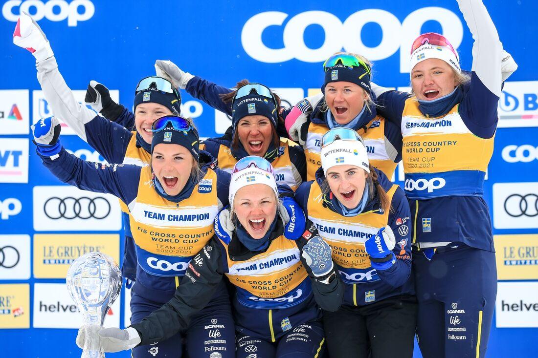 De svenska damerna jublar efter att ha tagit hem världscupens nationstävling på damsidan. FOTO: Mario Buehner, Gepa Pictures/Bildbyrån.