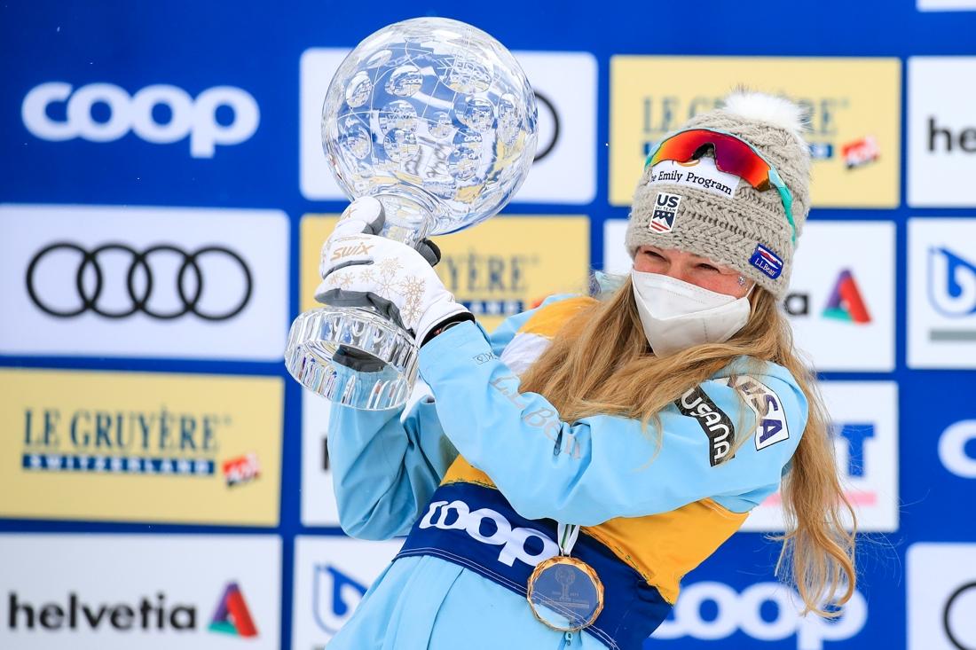 Jessie Diggins med kristallgloben som bekräftar hennes totalseger i världscupen. FOTO: Mario Buehner, Gepa Pictures/Bildbyrån.