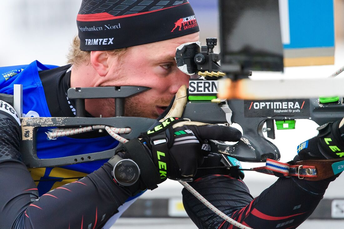 Jesper Nelin vann SM-sprinten i skidskytte efter en tät fight med Sebastian Samuelsson. FOTO: Fredrik Karlsson/Bildbyrån