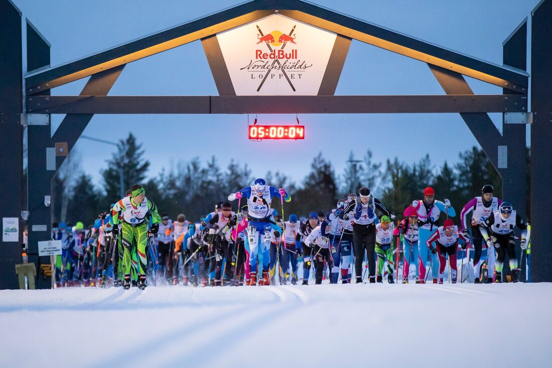 Starten på Nordenskiöldsloppet med slutsegraren Klas Nilsson i mitten. FOTO: Richard Ström/Red Bull Content Pool.