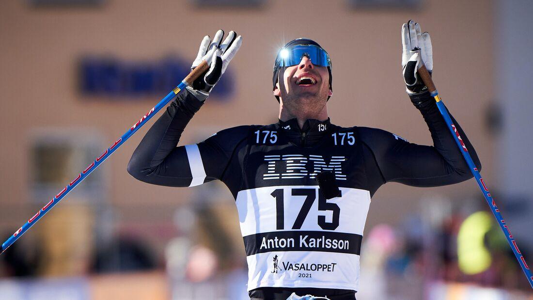Anton Karlsson vid målgången som tvåa i Vasaloppet 2021. Nu lägger Anton skidorna på hyllan. FOTO: Visma Ski Classics/Magnus Östh.