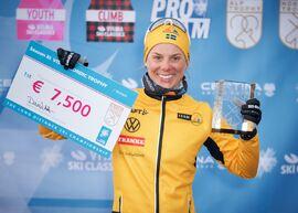Lina Korsgren tjänade mest prispengar i Visma Ski Classics säsong XI. Här är Lina med prischecken för segern i Visma Nordic Trophy. FOTO: Visma Ski Classics/Magnus Östh.