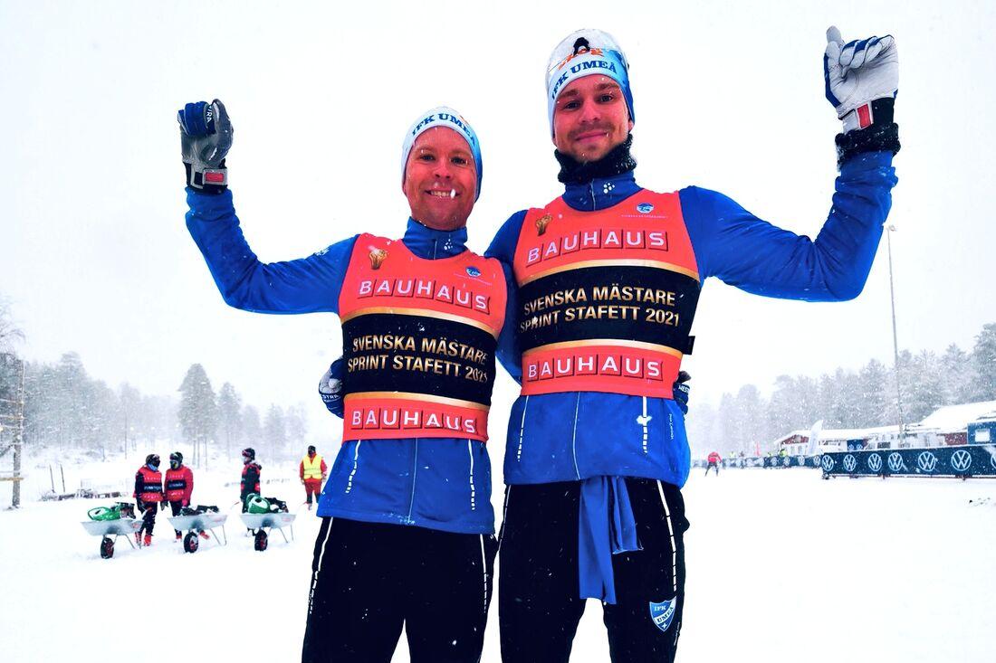 IFK Umeås Erik Silfver och Marcus Grate är glada guldmedaljörer på SM sprintstafett i Kalix. FOTO: Hans Olsson.