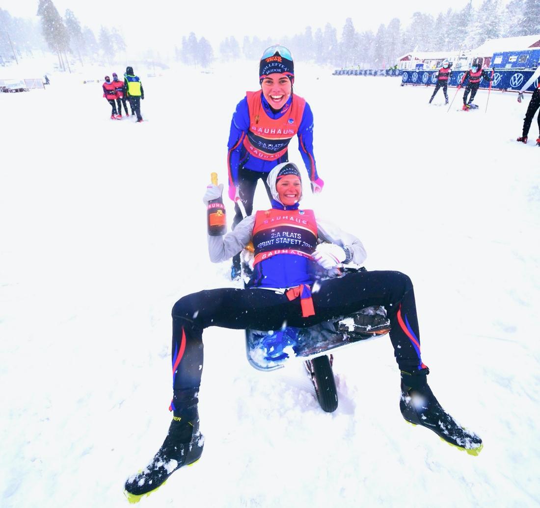 Jenny Solin och Frida Karlsson var glada silvermedajörer. FOTO: Hans Olsson.