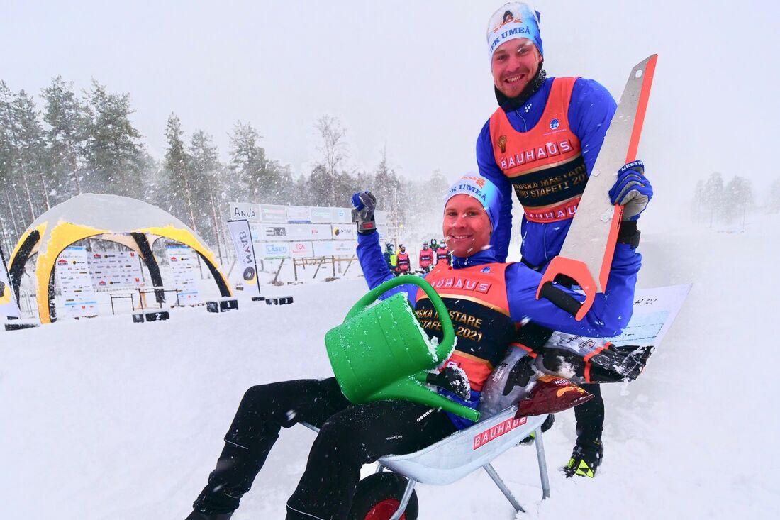 Guldduon Erik Silfver och Marcus Grate efter SM-sprintstafetten i Kalix. FOTO: Hans Olsson.