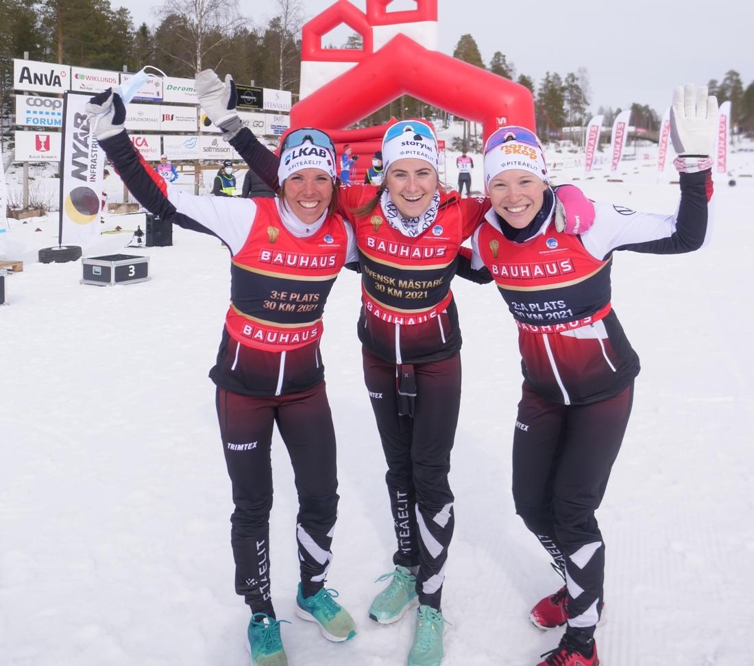 Medaljtrion: Charlotte Kalla, Ebba Andersson och Jonna Sundling. FOTO: Hans Olsson.