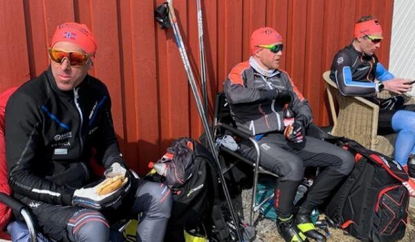 Trion Anders Aukland, Joar Thele och Simen Östensen vid en matpaus strax innan de passerade 53 mil på skidor. FOTO: Instagram Team Ragde Eiendom.