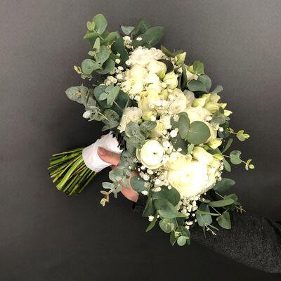 Brudebukett med hvite og kremfargede blomster og Eukalyptusblader