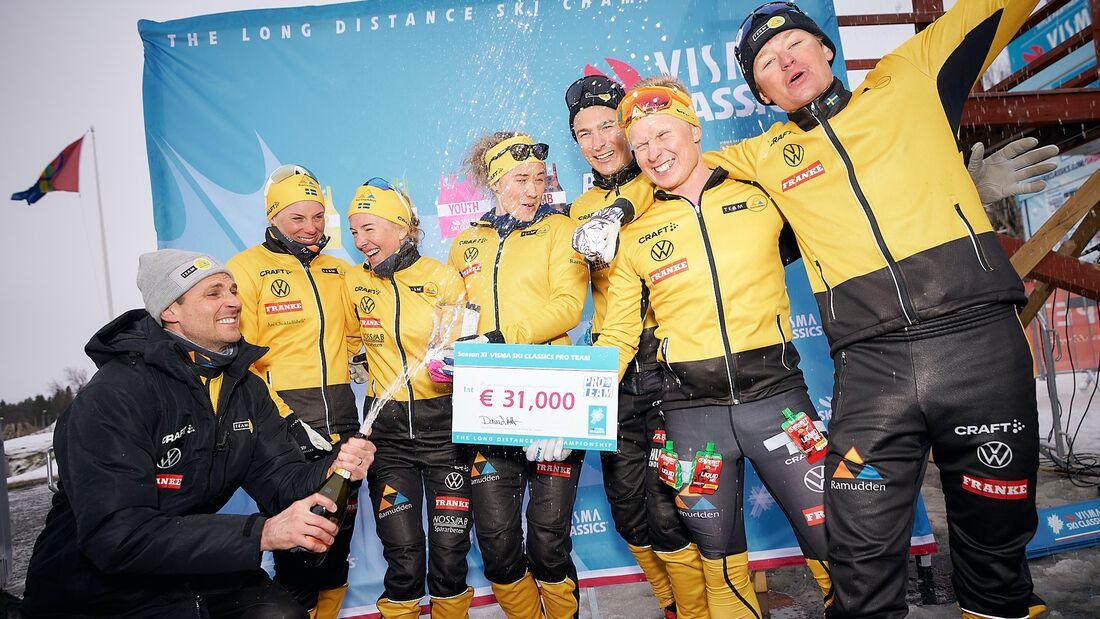 Team Ramuddens teamchef Gustaf Korsgren tillsammans med sina åkare: Lina Korsgren, Ida Dahl, Jenny Larsson, Max Novak, Johannes Eklöf och Herman Paus. FOTO: Visma Ski Classics/Magnus Östh.