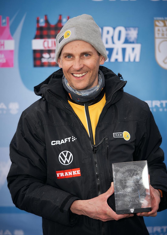 Gustaf Korsgren som glad teamchef efter Team Ramuddens seger i Visma Ski Classics lagtävling. FOTO: Visma Ski Classics/Magnus Östh.
