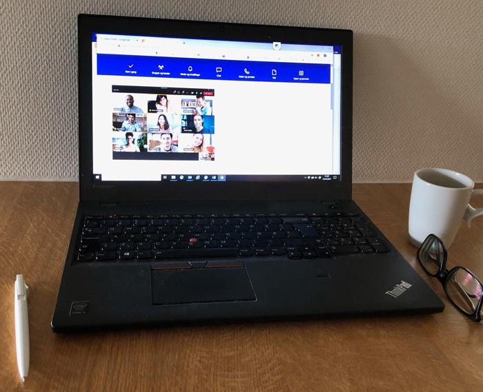 Bilde av en bærbar datamaskin som viser gjennomføring av et digitalt informasjonsmøte for oppdragstakere