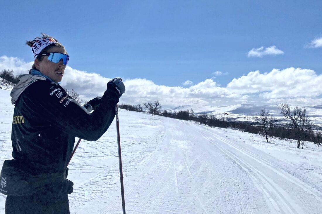 William Poromaa utnyttjar april till många och långa pass på skidorna i fjällen. FOTO: Privat.