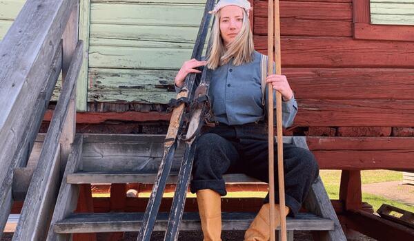 Emma Höglund, Vasaloppet, iförd 1922 års klädsel och utrustning i dag. FOTO: Vasaloppet.