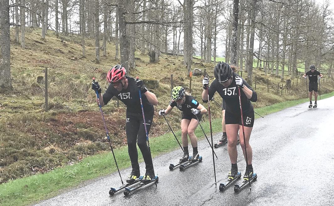 Thea Krokan Murud i mitten bredvid Britta Johansson Norgren på norskans andra träningspass med Lager 157 Ski Team. FOTO: Lager 157 Ski Team.