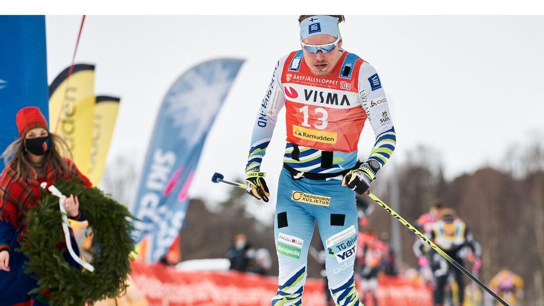 Ari Luusua i mål som trea på Årefjällsloppet. Nu lämnar finländaren sitt tjeckiska team för ett norskt, svenskt eller finskt? FOTO: Visma Ski Classics/Magnus Östh.