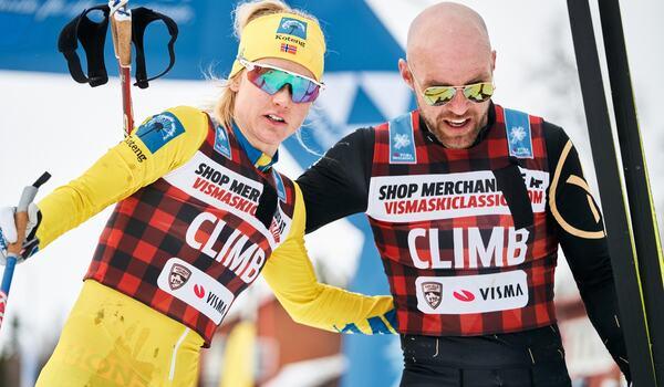 Emilie Fleten och Tord Asle Gjerdalen i mål på Årefjällsloppet. Nu har Gjerdalen värvat Fleten till sitt lag, Team XPND Fuel of Norway. FOTO: Visma Ski Classics/Magnus Östh.