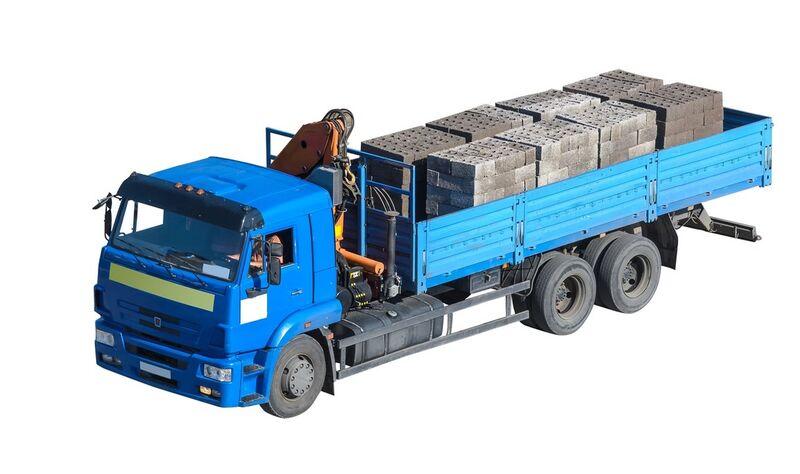 Lastebil med tungt lass