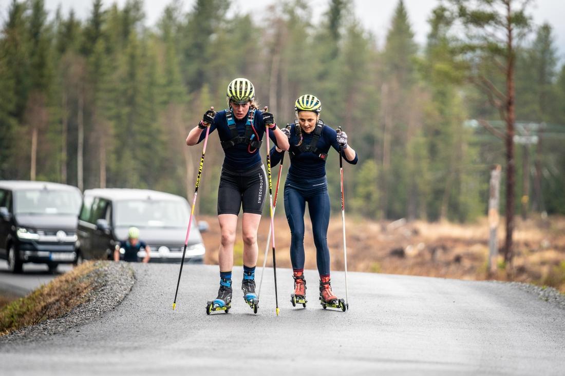 Stina Nilsson i rygg på Hanna Öberg under ett träningspass i Östersund på onsdagen. FOTO: Nicklas Olausson.
