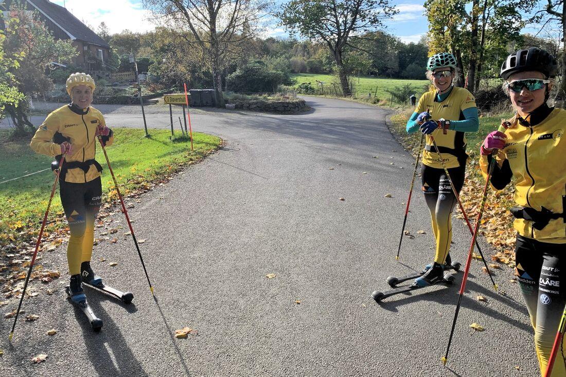 Team Ramuddens Lina Korsgren, Jenny Larsson och Ida Dahl, åkte mycket på Hallandsåsen när de hade träningsläger i Båstad i höstas. Nu kommer de tillbaka och tävlar på Båstad-Mölle. FOTO: Johan Trygg/Längd.se.