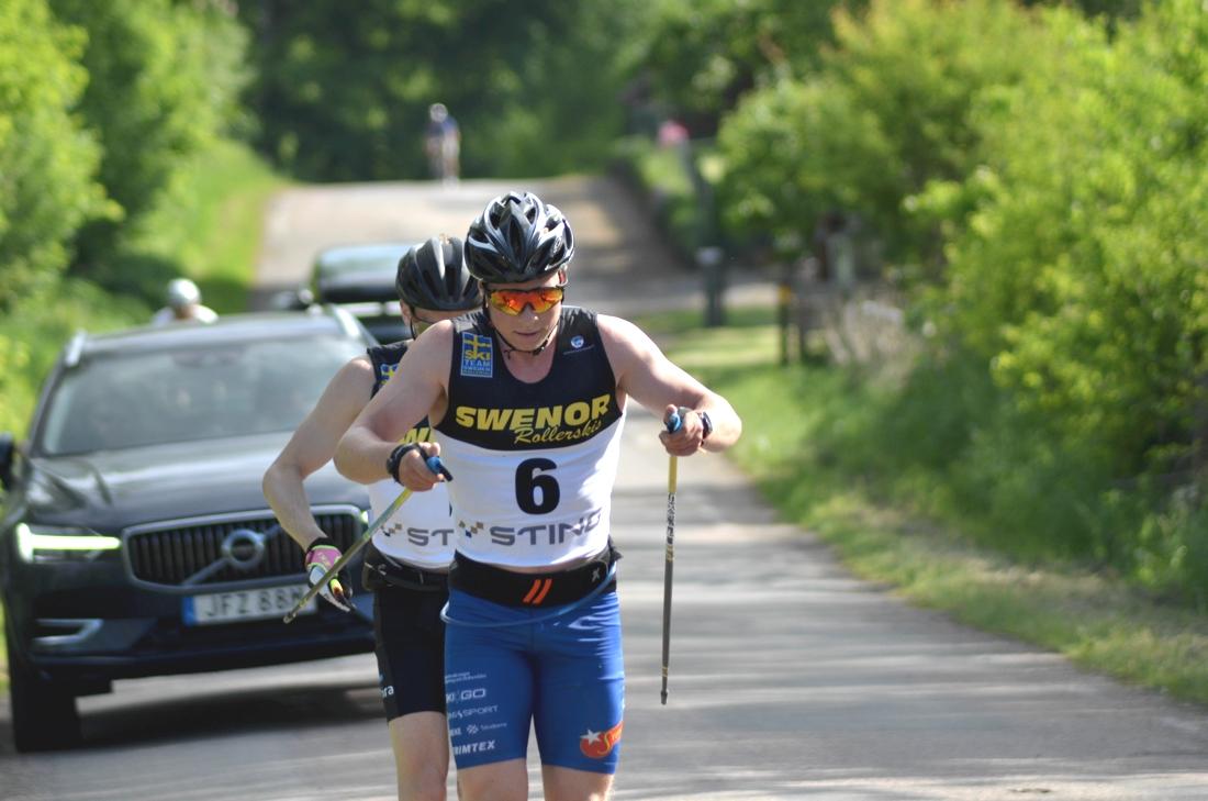 Alfred Buskqvist drar före Stian Hoelgaard med knappa två mil kvar av Båstad-Mölle i lördags. FOTO: Johan Trygg/Längd.se.