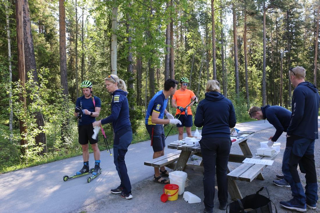 Skidskyttar och ledare redo för tester. FOTO: Svenska Skidskytteförbundet.