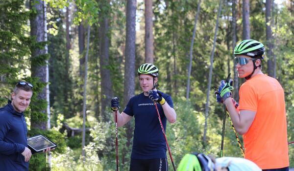 Skidskyttelandslaget huvudtränare Johannes Lukas tillsammans med Sebastian Samuelsson och Martin Ponsiluoma redo för test. FOTO: Svenska Skidskytteförbundet.