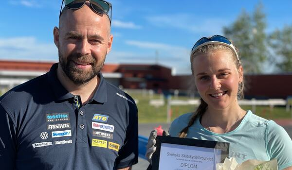 Rikard Grip delar ut utmärkelsen Årets rookie till Stina Nilsson. FOTO: Håkan Blidberg.