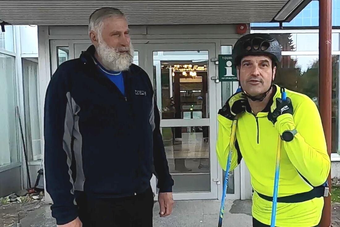 Den  finska skidlegenden Juha Mieto stöttar Teemu Virtanens rullskidfärd genom Finland. FOTO: Petri Ikävalko/Kestavyysurheilu.fi.