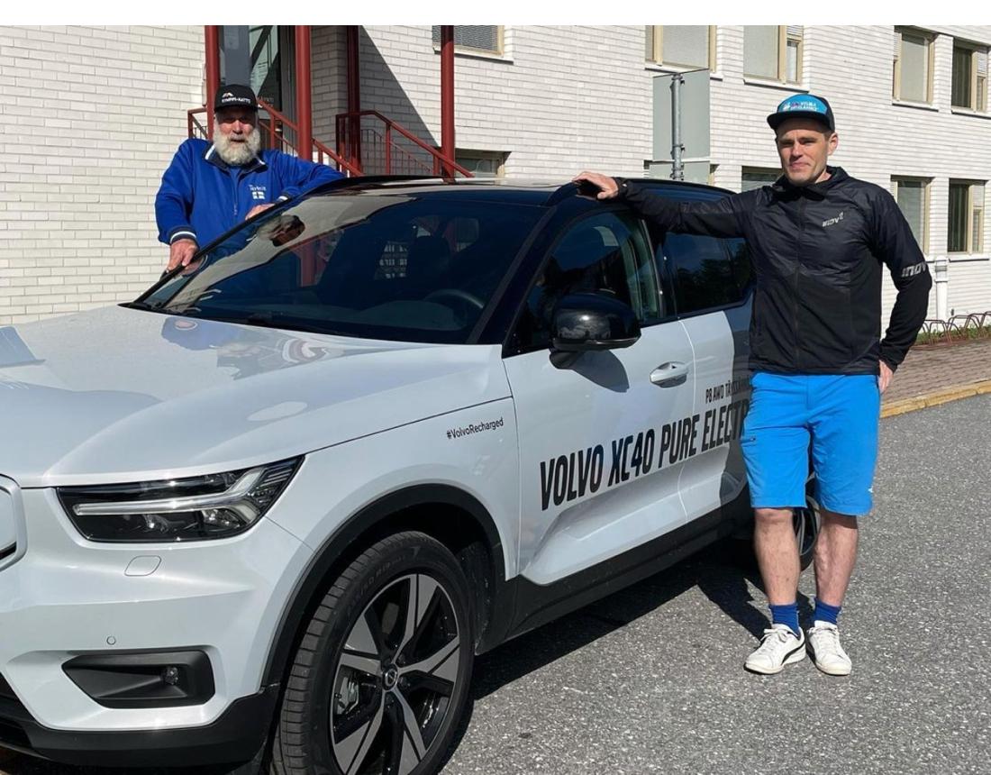 Juha Mieto hänger med Petri Ikävalko, från Längd.se:s finska systersajt Kestavyysurheilu.fi, i den eldrivna Volvon och supportar Teemu Virtanen på sin rullskidfärd genom Finland.