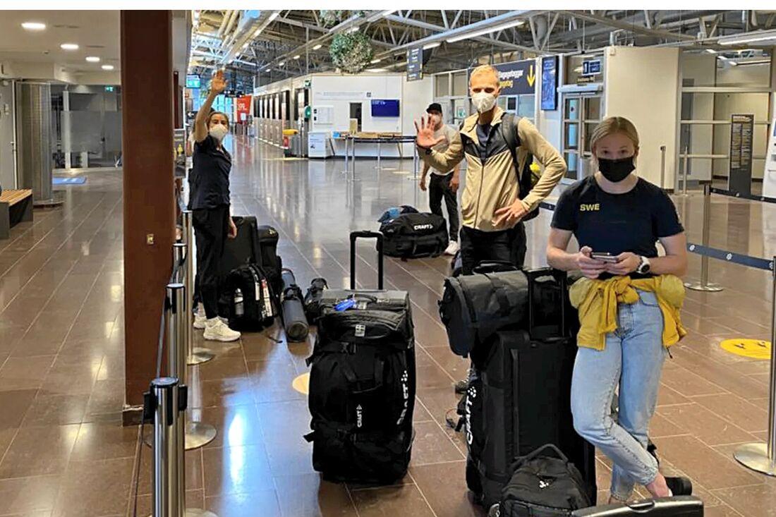 Ebba Andersson, Daniel Fåhraeus och Jonna Sundling på Östersunds flygplats, på väg mot franska Tignes. FOTO: Svenska skidförbundet.