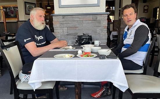 Teemu Virtanen vid frukostbordet tillsammans med Juha Mieto på lördagsmorgonen innan rullskidfärden vidare mot Finlands nordligaste punkt. FOTO: Petri Ikävalko/Kestavyysurheilu.fi.