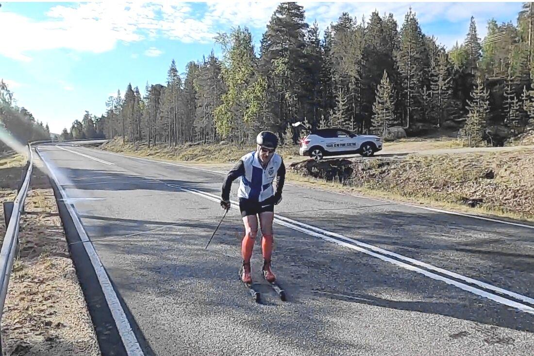 Efter en regnig fredag har nu Teemu Virtanen torr vägbana på väg mot Finlands nordligaste punkt.