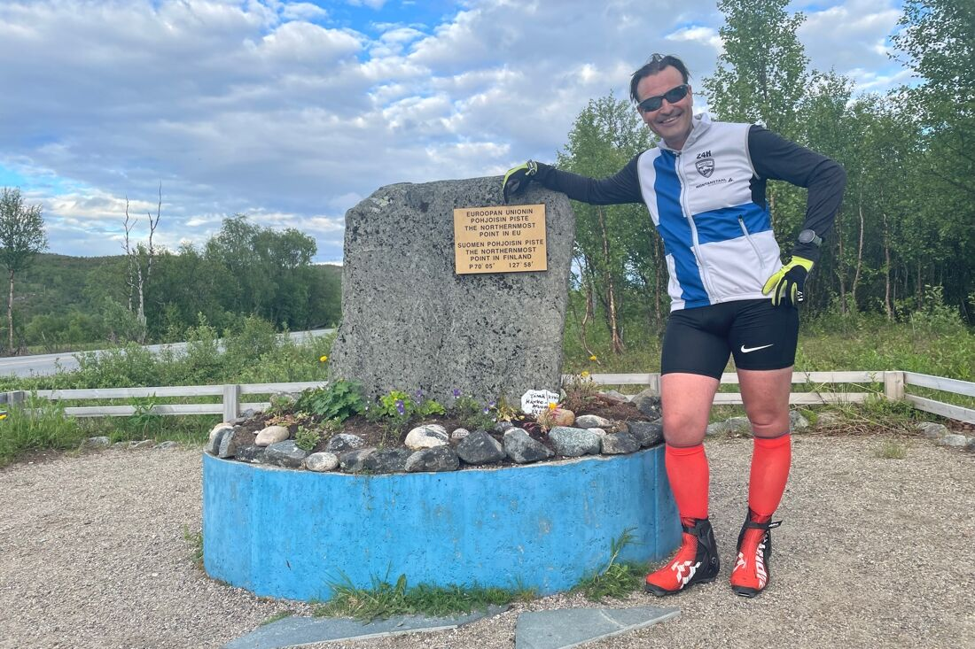 Teemu Virtanen vid Finlands nordligaste punkt efter 160 mil på rullskidor. FOTO: Petri Ikävalko/Kestavyysurheilu.fi.