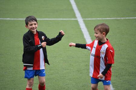 To små gutter som spiller fotball