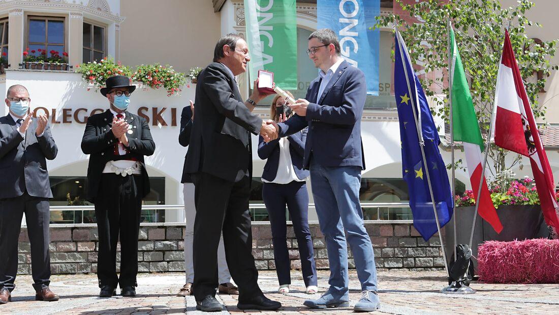 Angelo Corradini, president för Marcialonga, får utmärkelsen Aquila di San Venceslao av Maurizio Fugatti, president för provinsen Trento. FOTO: Newspower.it.