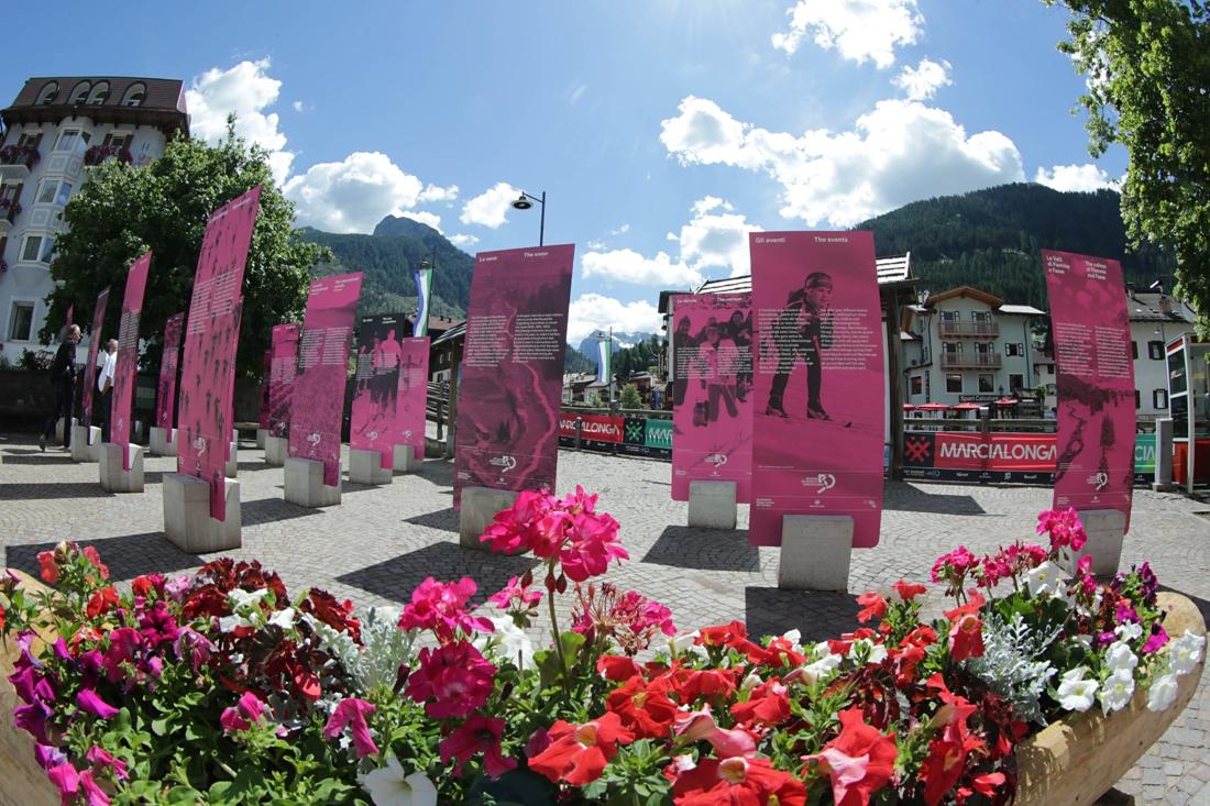 Utställningen om 50 år av Marcialonga på Piazza de Sotegrava. FOTO: Newspower.it.