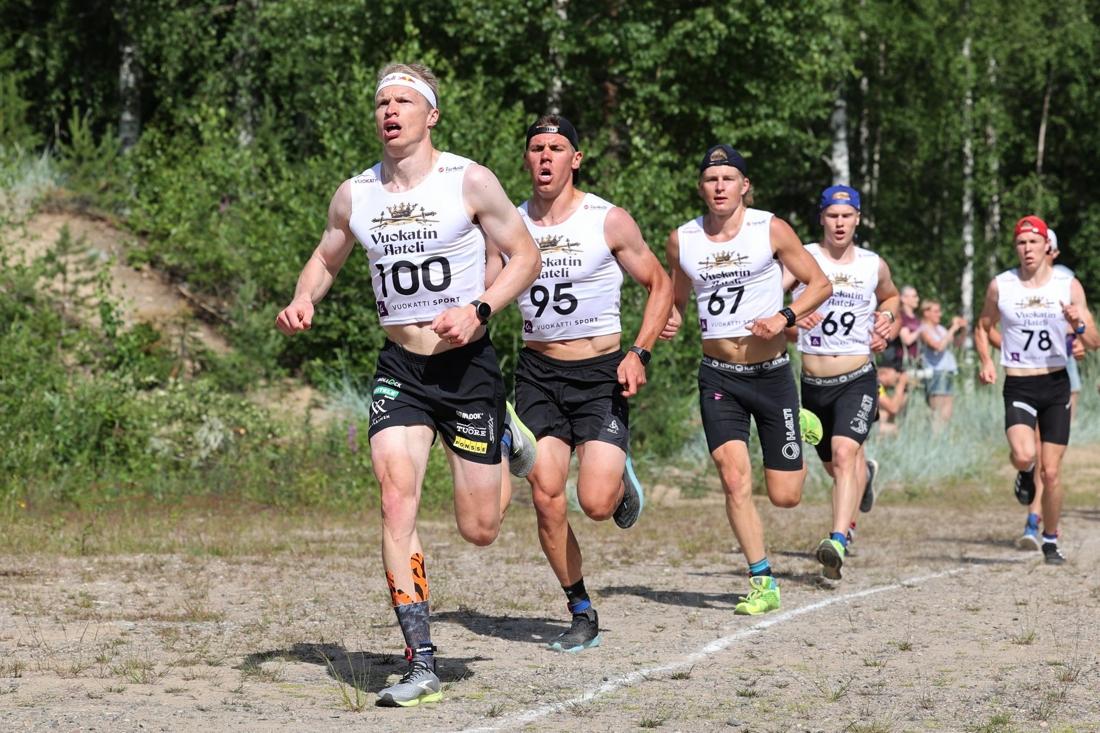 Iivo Niskanen i täten under löpmomentet närmast före Markus Vuorela och Remi Lindholm. FOTO: Touho Häkkinen.